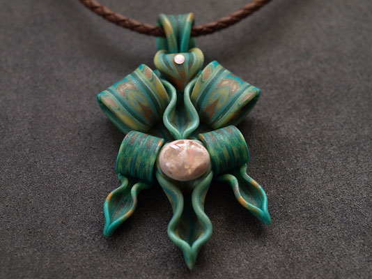 ナーガ(蛇神)ペンダント2009-2 ポリマークレイ、天然石、ガラスビーズ 7.5×4.5×1.5cm 2009