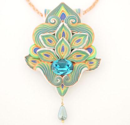 孔雀明王ペンダント2013-1 ポリマークレイ、ガラスビーズ、ガラスパール、金属 10×6×2.3cm 2013