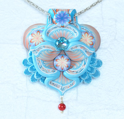 天使ペンダント2013-1 ポリマークレイ、ガラスビーズ、ガラスパール、金属 8×6×1.8cm  2013