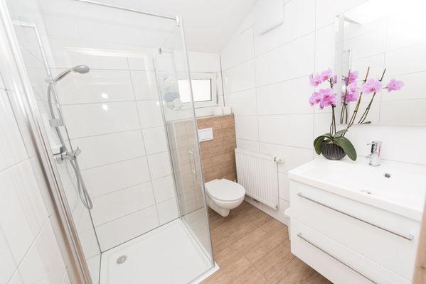 Modernes Badezimmer in unserem Apartment/Ferienwohnung mit Frühstücksbuffet in Spielberg in der Nähe des Red Bull Rings - Ferienwohun-Zimmer Yassi