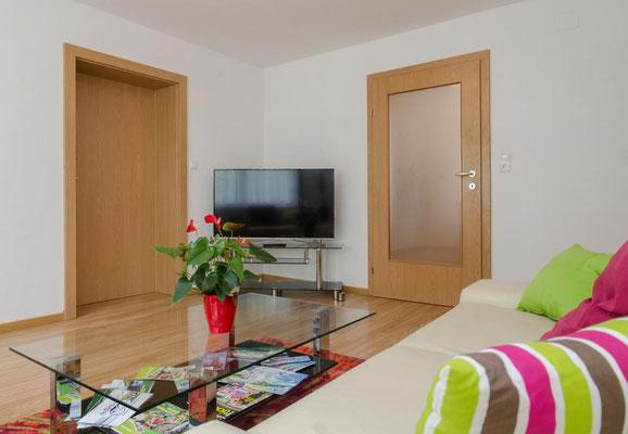 Wohnzimmer mit Sat-TV in unserem Apartment/Ferienwohnung mit Frühstücksbuffet in Spielberg am Red Bull Ring - Familie Yassi