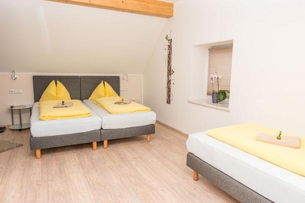 Dreibett-Zimmer mit Frühstück in Spielberg am Red Bull Ring - Ferienwohnung-Zimmer Yassi