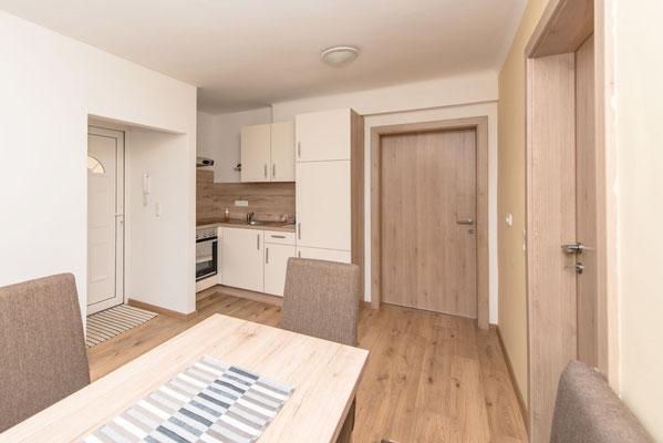 Moderne Küche in unserem Apartment/Ferienwohnung mit Frühstücksbuffet in Spielberg in der Nähe des Red Bull Rings - Ferienwohun-Zimmer Yassi