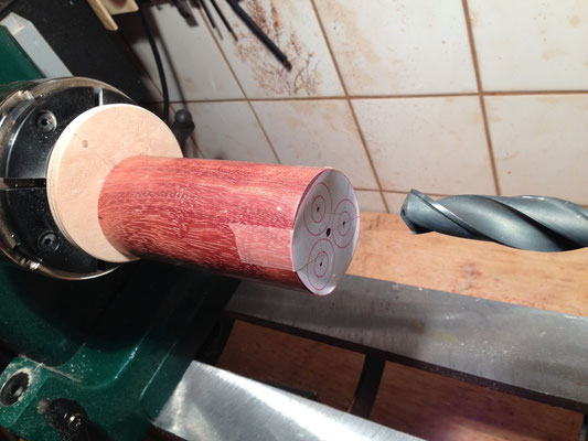 Bordun-Stock aus Bubinga. Jetzt wird 3x gebort • Vývod k basovým píšťalám z Bubingy. Teď bude 3x excentricky vrtáno