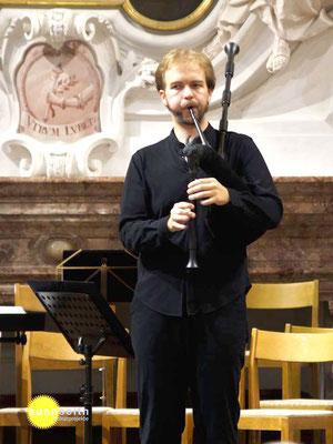 Michel Vereno spiel meine Sackpfeife auf der Bühne; Michael Vereno hraje na moje dudy na tribuně