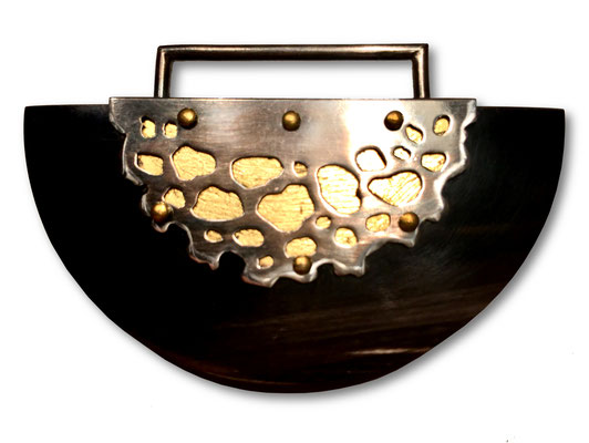 "Brosche ""Dorrit"" (Horn blattvergoldet, Silber) • Brož ""Dorrit"" (rohovina, pozlaceno, stříbro)"