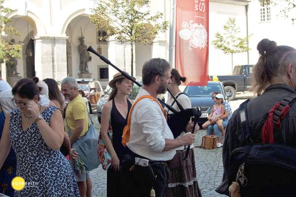 Jeroen de Groot mit meiner Sackpfeife (links Sackpfeifenbauerin Sonja Vereno); holanďan Jeroen de Groot s mými dudami (vlevo na snímku výrobkyně dud Sonja Vereno)