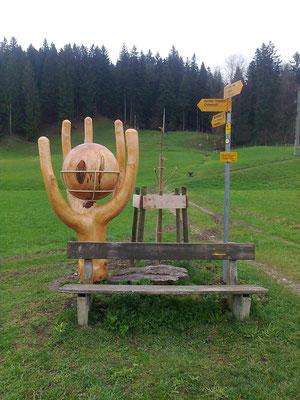 Skulptur Kastanienholzkugel und Fichtenastgabelung
