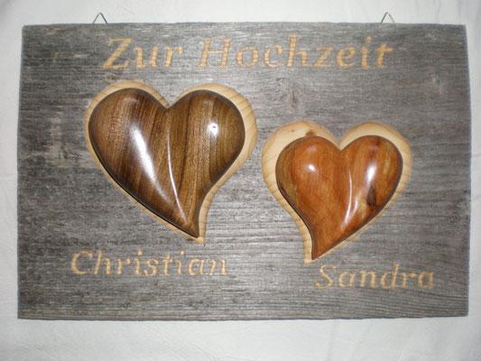 Holz-Herzen in Altholzbret für Hochzeit