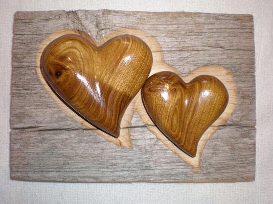 Goldregenholz Herzen in Altholzbret