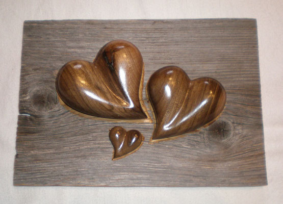 Nussbaumholz Herzen in Altholzbret für Hochzeit