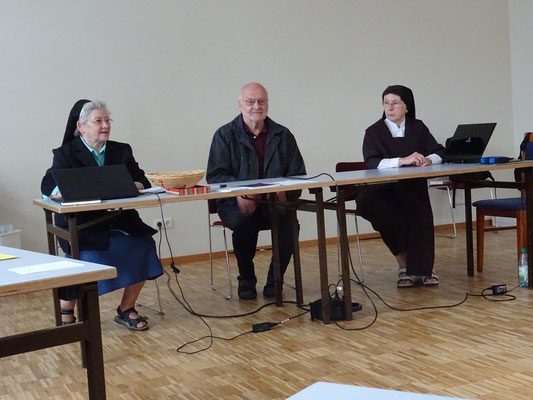 Sr. Ingrid Geissler, Moderatorin, Pater Ulrich Dobhan, OCD Wahlleiter, Sr. Christiane, OCD Sekretärin