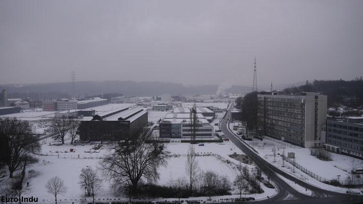 Blick vom Ofen in Richtung ehemaliges LD-Stahlwerk. Die großen Hallen linker Hand gehörten ebenfalls zum Hüttenbetrieb und beherbergen heute das Hattinger Feuerwehrmuseum.