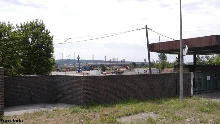 Blick vom ehemaligen Haupteingang auf das abgeräumte Werksgelände
