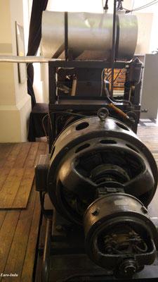 50 Kilowatt Generator. 1939 wurde dieser in der Turbinenhalle als Notstromaggregat aufgestellt und konnte bei einem Stromausfall die Notbeleuchtung der Produktionshallen in Betrieb nehmen. Außerdem konnten so die Maschinen 1 und 3 wieder angefahren werden