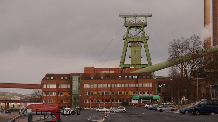 Doppelbockfördergerüst über dem 1905 geteuften Schacht Hattorf mit Verwaltungsgebäude der Grube