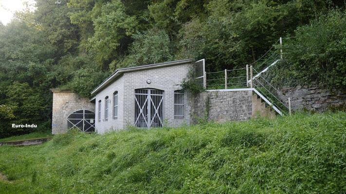 Verbliebene Tagesanlagen der  Mine mit Stollen in das Lager