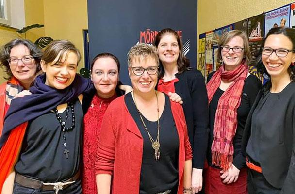 Die Mörderischen Schwestern bei der Ladies Night in Walheim: Gabi Schmid, Musikerin Sally Grayson, Maribel Anibarro, Angelika Wesner, Mareike Fröhlich, Bianca Heidelberg, Daniela Berg (v. l.)