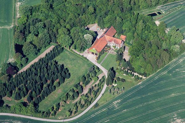 Luftaufnahme gemacht im Mai 11. Man erkennt sehr gut das Haus, die Zufahrt und die Weihnachtsbaumplantage.