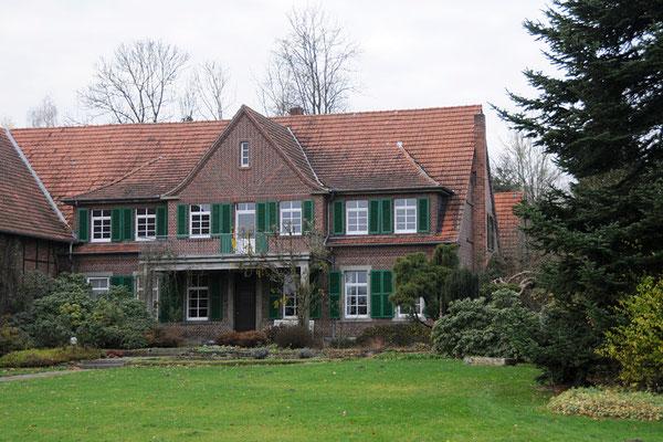 Das noch nicht renovierte Haupthaus.