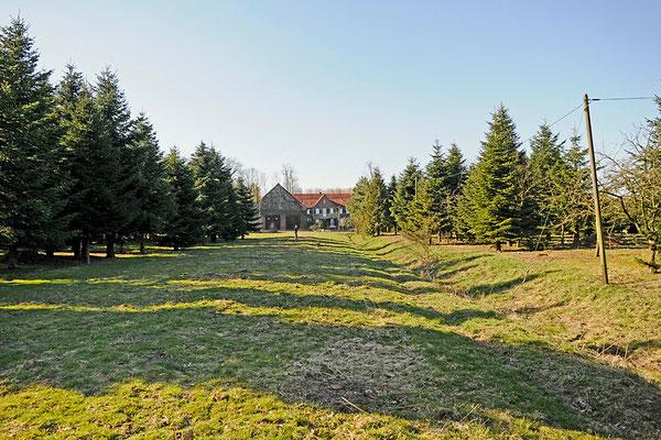 Blick vom Ende des Grundstückes auf das Haus.