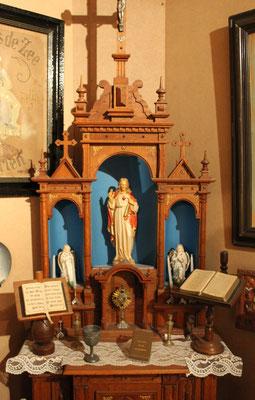 """Kinderaltaar. Verkleed als priester speelden kinderen aan dit altaar de H.Mis na. Alles is in """"kinderformaat"""""""