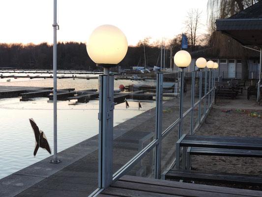 Durchsichtiger windschutz am Wasser