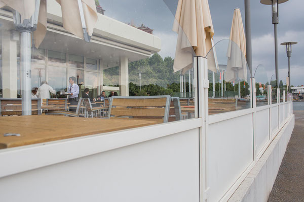 Windschutzwände auf Terrasse an Hotel