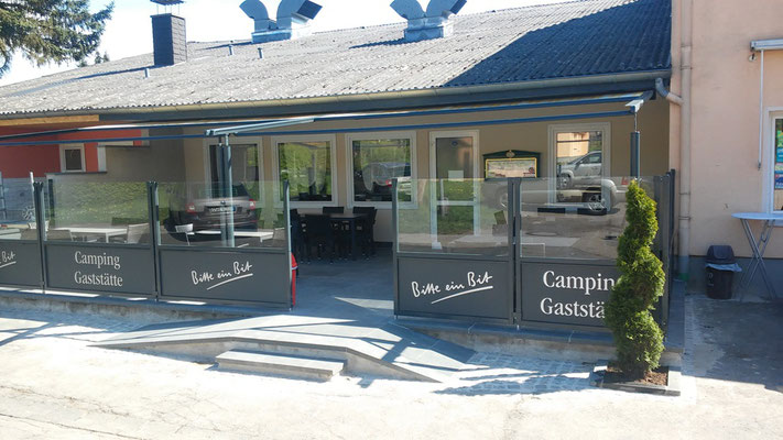 Terrasse mit Windschutz auf Campingplatz