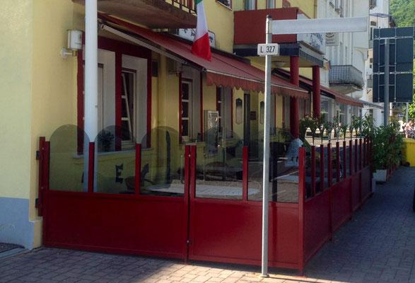 Terrasse mit stabiler Windschutzanlage