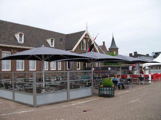 Große Terrasse mit Windschutz