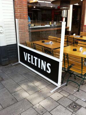 Windschutzwände mit Werbung von Brauerei