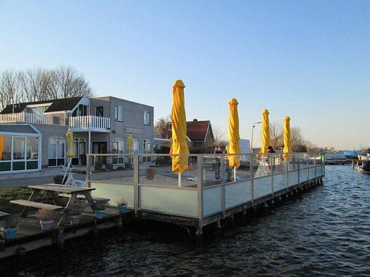 Windschutzwand am Wasser