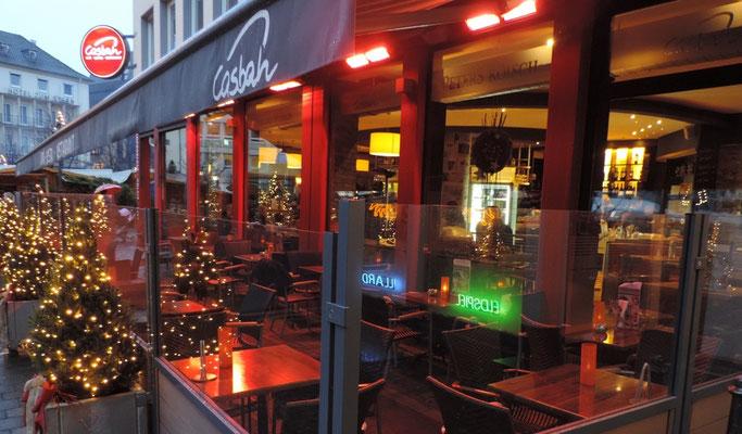 Geöffneter Biergarten oder Terrasse im Winter
