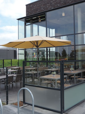 Perfekte Terrasse an Bäckerei mit Windschutz