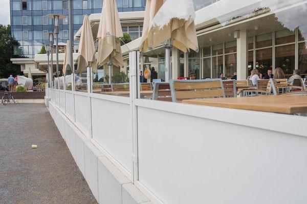 Windschutz für Terrasse an Hotel