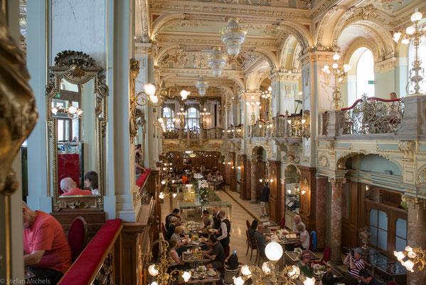 Das Café New York ist ein prunkvolles Kaffeehaus der Gründerzeit.