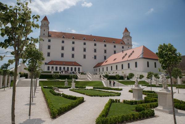 Ein Wahrzeichen der Stadt ist die Burg Bratislava (Bratislavský hrad) westlich der Altstadt auf einem Felsen 85 Meter über der Donau.