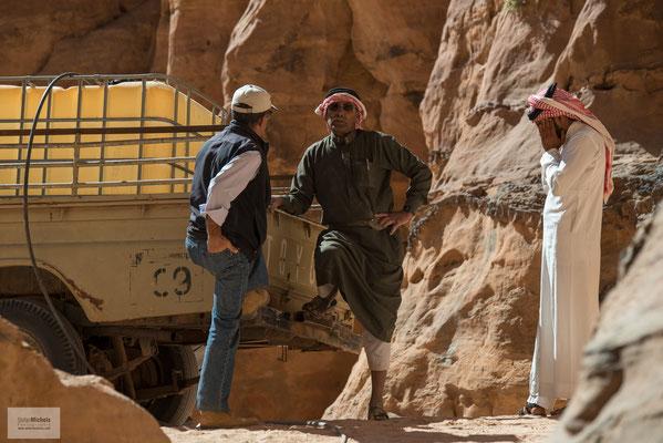 Das Regenwasser, welches im Winter fällt, kann durch den porösen Sandstein dringen, wird von der wasserundurchlässigen Schicht des Granits aufgehalten und dringt an verschiedenen Stellen wieder aus.