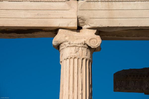 Er lies  wider besseres Wissen um die Bedeutung der Bauten den Parthenon beschießen.  Die Explosion des dortigen türkischen Pulvermagazins beschädigte den Tempel schwer,