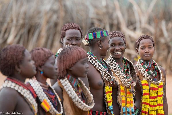Bestandteil des Brauchs ist das Auspeitschen der Mädchen durch die Junggesellen, die den Sprung über die Rinder bereits erfolgreich absolviert haben.