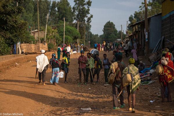 Äthiopien ist zu Fuss unterwegs.