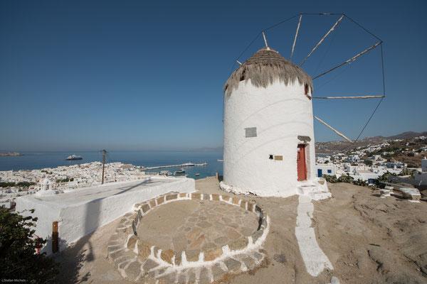 Mykonos ist eine griechische Insel in der Ägäis. Sie liegt (mit einer leichten Abweichung nach Süden) etwa 160 km östlich von Athen.