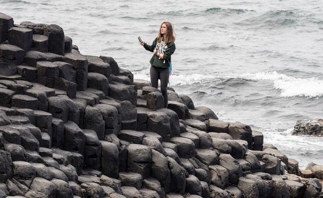 Einer irischen Legende nach wurde der Damm vom Riesen Fionn McCumhaill  gebaut.