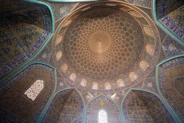 Ali Reza, der Kalligraph, war für die kunsthandwerkliche Ausführung verantwortlich, die er in bemerkenswerter Präzision ausführte.
