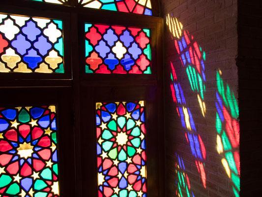 Sobald das Sonnenlicht auf die Glasmalerei trifft, wird das gesamte Gebäude durch einen vibrierenden Regenbogen von Farben überflutet.