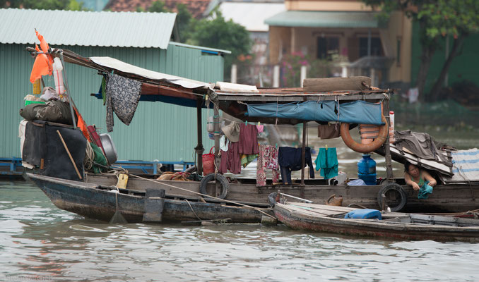 Hauptsächlich besteht die Bevölkerung des Deltas aus Vietnamesen. Etwa 15 Prozent sind Khmer und fünf Prozent sind Hoa.