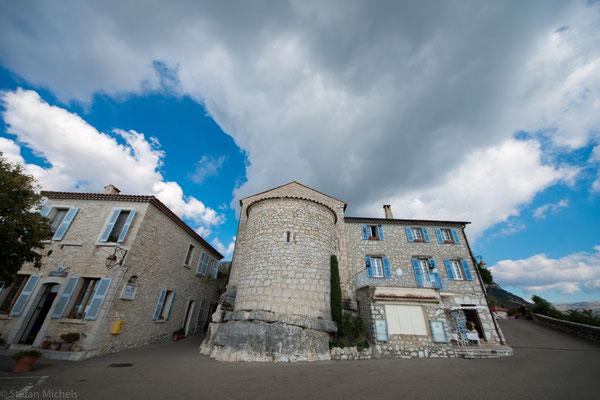 Der Ort ist weitgehend in seinem ursprünglichen Zustand erhalten geblieben und gibt auf Grund seiner strategischen Lage ein gutes Beispiel für ein wehrhaftes Dorf zur Feudalzeit ab.