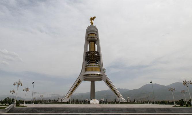 """Der """"Turm der Neutralität"""" mit dem Staatsführer dreht sich mit der Sonne um die eigene Achse."""