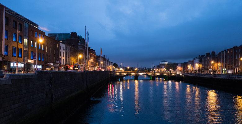 Abends am Liffey, der in die Dublin Bay fließt.